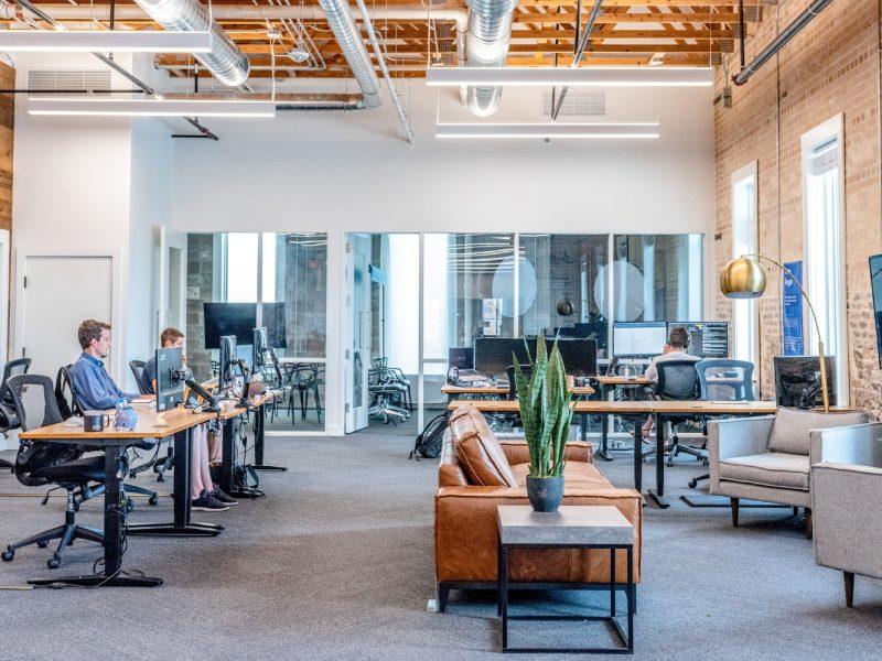 Fotografija poslovnog ureda s poslovnim ljudima